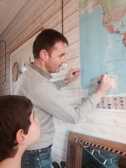 Yves et Merlin dessinent sur la mappemonde familiale notre itinéraire