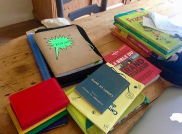 Passeports, carnets de santé, livres scolaires... ont envahi la table de la salle à manger