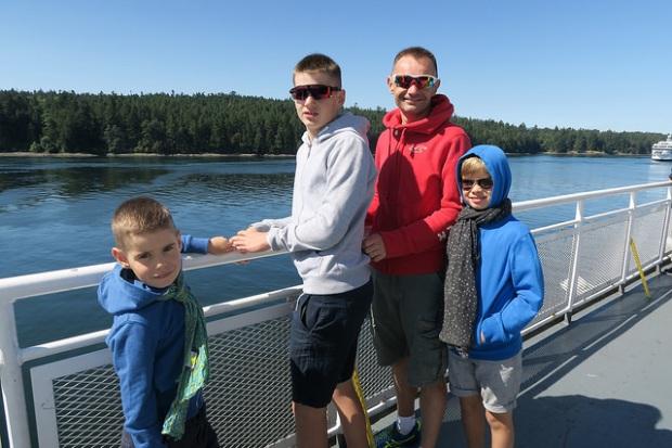 les garçons et Yves sur le pont du ferry