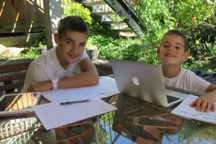 Malo et Merlin studieux sur la terrasse