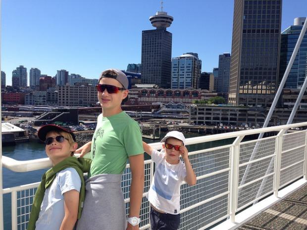les enfants avec en fond la skyline de Vancouver