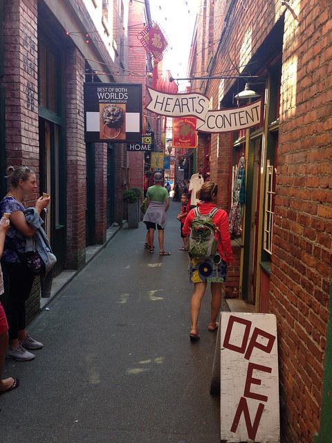 On entre dans la toute petite rue de China Town