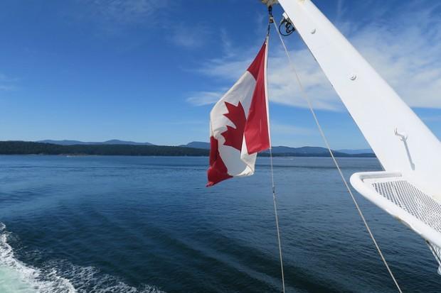 drapeau canadien flottant au vent