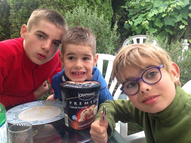 les trois enfants devant un pot de glace