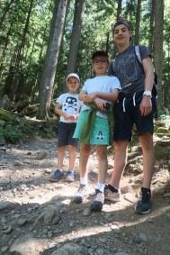Les enfants s'apprêtent à grimper en haut de Grouse Moutain
